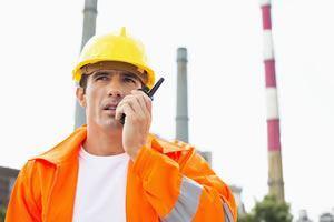 Công nhân xây dựng sử dụng radio hai chiều