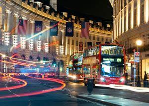 Xe buýt trong thành phố vào ban đêm